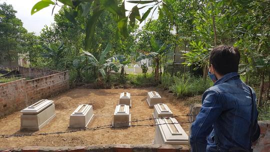 Những ngôi mộ mới lập nằm gần các ngôi mộ cũ để chờ đền bù Ảnh: Bích Vân