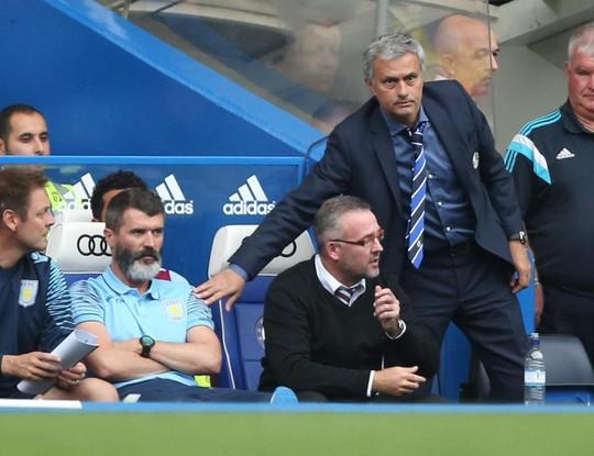 Roy Keane, trợ lý HLV ở Aston Villa, không thèm bất tay Mourinho