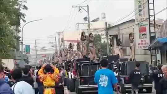 Các nữ vũ công nhảy múa trên nóc đoàn xe jeep. Ảnh: Asia Wire