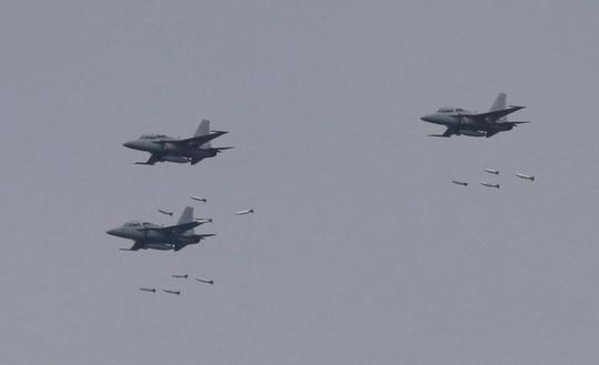 Chiến đấu cơ FA-50 của Hàn Quốc dội bom mục tiêu. Ảnh: AP