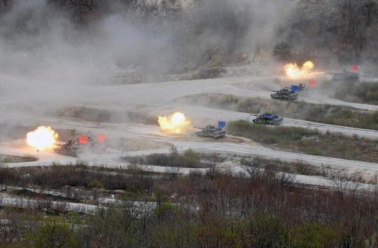 Xe tăng Mỹ và Hàn Quốc trong cuộc tập trận chung hôm 26-4. Ảnh: Reuters
