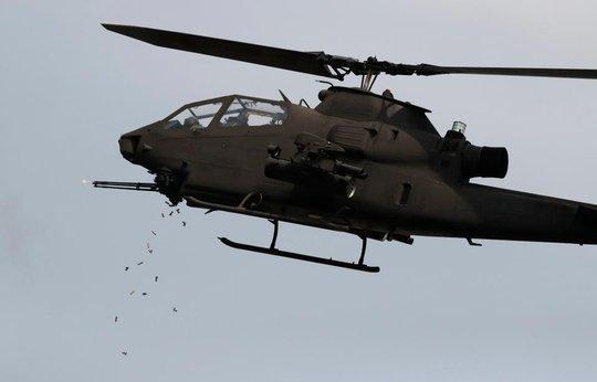Trực thăng AH-1S Cobra Helicopter của Hàn Quốc trong buổi tập trận. Ảnh: Reuters