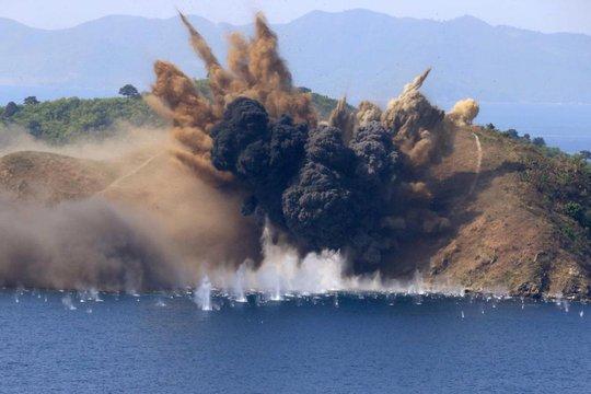 Binh sĩ Triều Tiên dùng ngư lôi phá hủy tàu chiến giả. Ảnh: The Sun