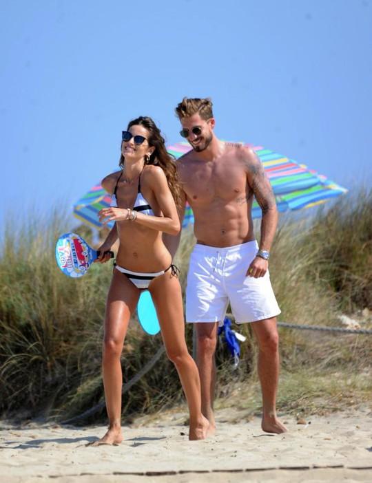 Sao PSG khoe bạn gái siêu mẫu ở Ibiza - Ảnh 1.