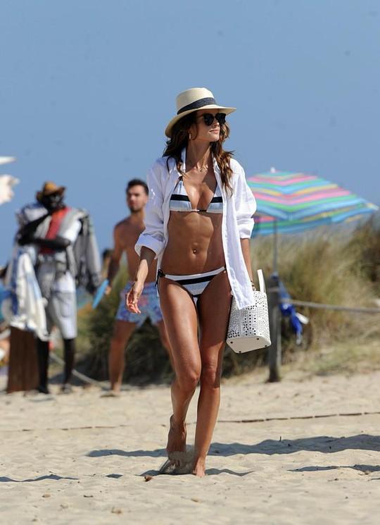 Sao PSG khoe bạn gái siêu mẫu ở Ibiza - Ảnh 3.