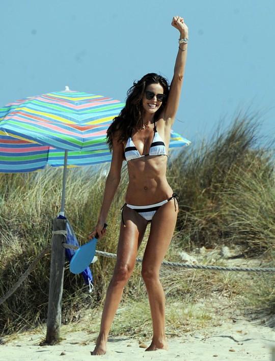 Sao PSG khoe bạn gái siêu mẫu ở Ibiza - Ảnh 2.
