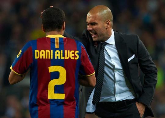 Guardiola muốn mua trò cũ Alves - Ảnh 2.