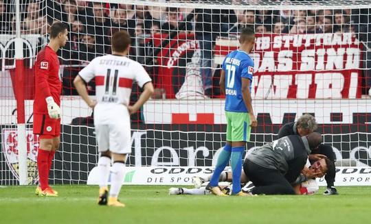 Xem cú lên gối của thủ môn khiến đối thủ bất tỉnh - Ảnh 4.