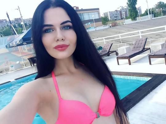 Người mẫu bị phạt vì chụp ảnh bên hoa sen quý - Ảnh 4.