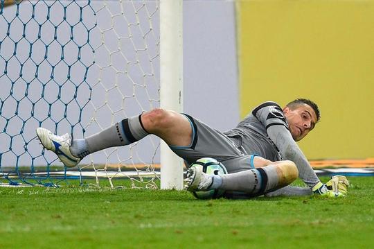 Pha cứu thua khó tin của thủ môn CLB Gremio - Ảnh 1.