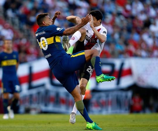 Cú kungfu của De Jong được tái hiện ở derby Argentina - Ảnh 6.