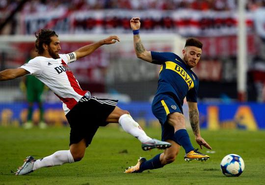 Cú kungfu của De Jong được tái hiện ở derby Argentina - Ảnh 2.
