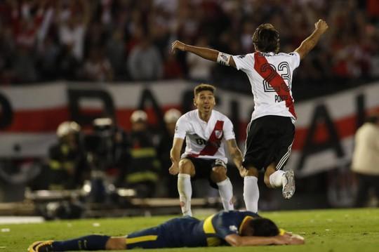 Cú kungfu của De Jong được tái hiện ở derby Argentina - Ảnh 11.