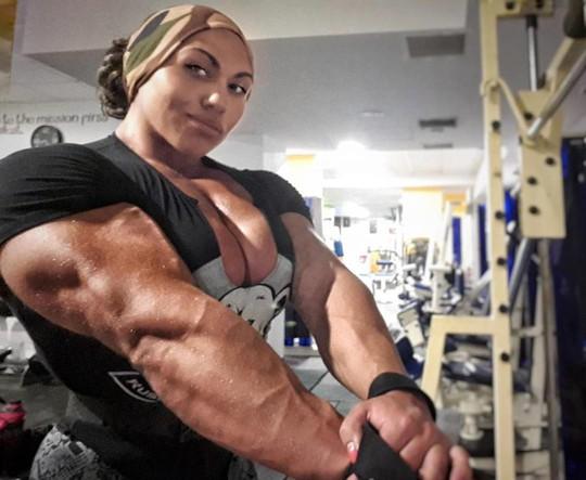 Choáng với cơ bắp của nữ lực sĩ nặng 90 kg - Ảnh 1.