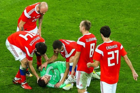 Thủ môn tuyển Nga tét đầu sau cú va chạm kinh hoàng - Ảnh 3.