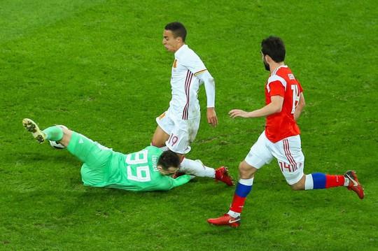 Thủ môn tuyển Nga tét đầu sau cú va chạm kinh hoàng - Ảnh 2.