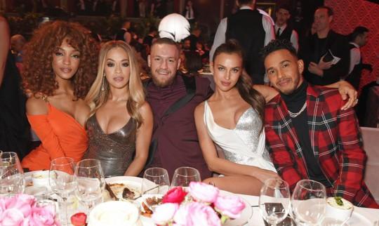 Bồ cũ Ronaldo thân mật Hamilton tại sự kiện thời trang - Ảnh 7.