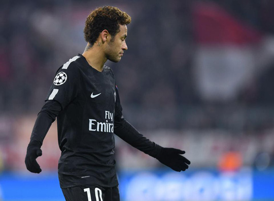 Fan Bayern ném tiền giả có hình Neymar - Ảnh 2.