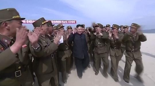 Lãnh đạo Kim Jong-un hài lòng với buổi tập trận hôm 25-4. Ảnh: The Sun