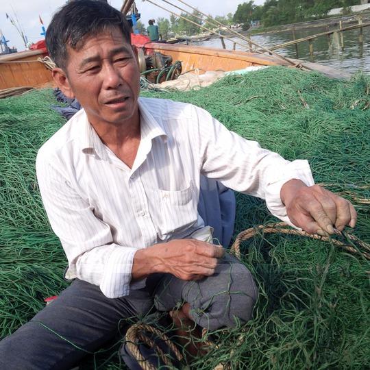 Ngư dân Bùi Bùi Xuân Tấn lo lắng vì lưới bám nhiều bùn lạ