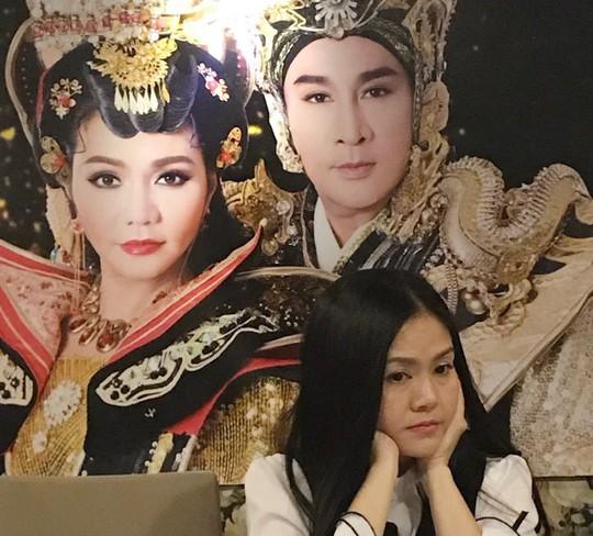 Vợ Kim Tử Long mắng yêu chồng trong buổi họp báo - Ảnh 1.