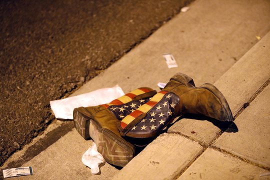 Một đôi giày bị bỏ lại trên đường gần hiện trường. Ảnh: REUTERS