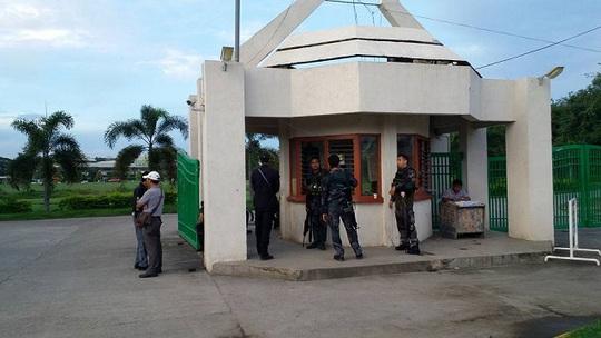 Cảnh sát canh giữ lối vào TP Kidapawan. Ảnh:Facebook