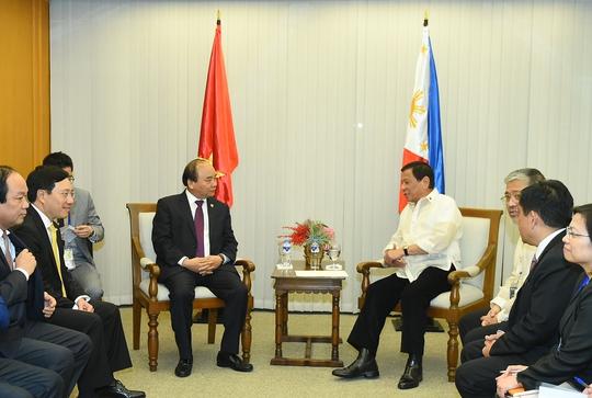 Thủ tướng Nguyễn Xuân Phúc gặp Tổng thống Philippines Rodrigo Roa Duterte - Ảnh: Quang Hiếu