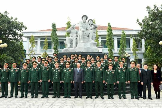 Thủ tướng cùng các tướng lĩnh, sĩ quan Tổng cục Tinh báo