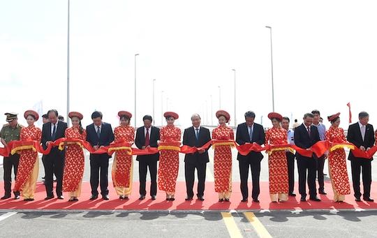 Thủ tướng cắt băng khánh thành cầu vượt biển dài nhất Đông Nam Á - Ảnh 1.