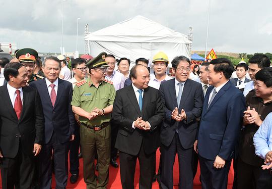 Thủ tướng cắt băng khánh thành cầu vượt biển dài nhất Đông Nam Á - Ảnh 2.