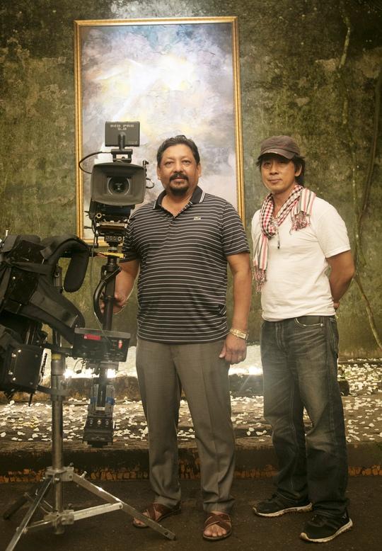 Đạo diễn Lưu Huỳnh và đại diện nhà sản xuất phim