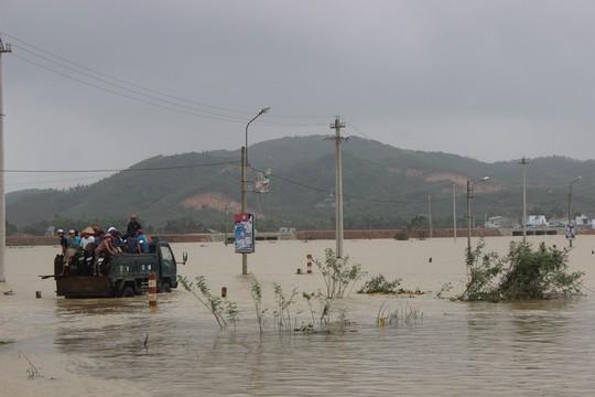 Bình Định cho toàn bộ học sinh nghỉ học đến khi bão tan - Ảnh 1.