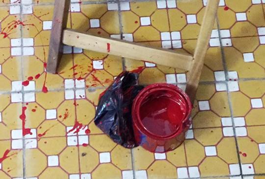 Hết bị tạt nhớt, quán cà phê lại bị ném trứng thối - Ảnh 2.