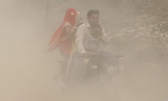 Ô nhiễm không khí hại như hút 50 điếu thuốc/ngày - Ảnh 1.