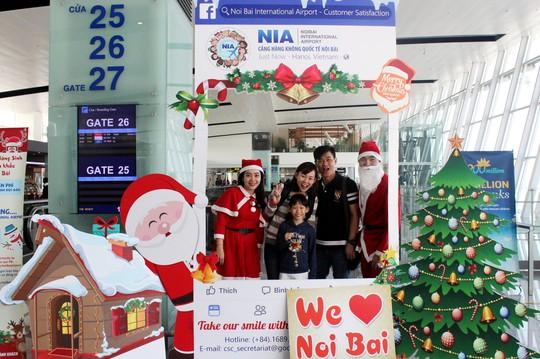 Ngạc nhiên với không khí Giáng sinh ở sân bay Nội Bài - Ảnh 1.