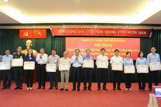 Nhiều tập thể, cá nhân có thành tích xuất sắc trong thực hiện công tác kiểm tra, giám sát của Đảng năm 2016 được nhận bằng khen, giấy khen của Ban Chấp hành Đảng bộ TP HCM. Ảnh: Bảo Nghi