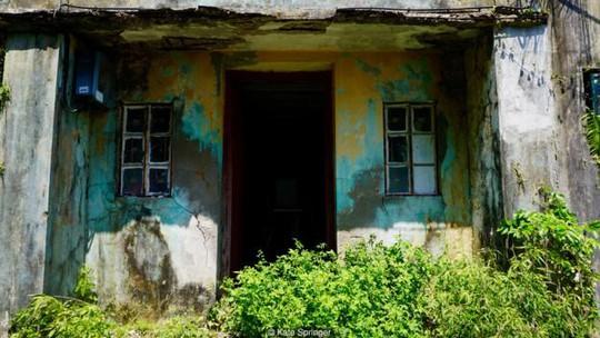 Những căn nhà cũ nát nằm rải rác trên đảo Yim Tin Tsai. Ảnh: Kate Springer