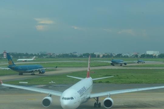 Sân bay Tân Sơn Nhất quá tải, máy bay xếp hàng dài chờ cất cánh trên đường bay vào giờ cao điểm - Ảnh: Thế Dũng