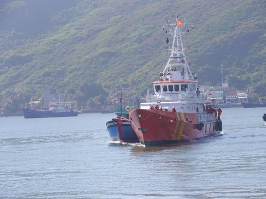 Đưa 3 ngư dân gặp nạn trên vùng biển Hoàng Sa vào bờ - Ảnh 1.