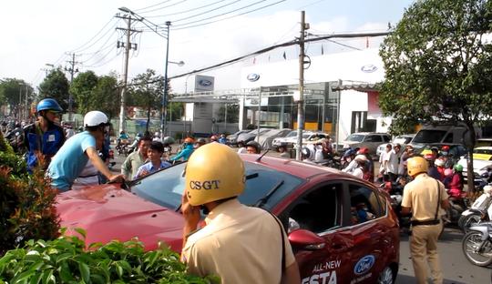 Lực lượng cảnh sát giao thông có mặt tại hiện trường xử lý vụ việc
