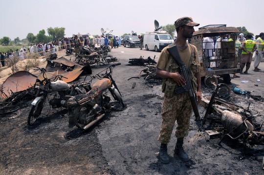 Pakistan: Hốt dầu, 148 người chết cháy - Ảnh 1.