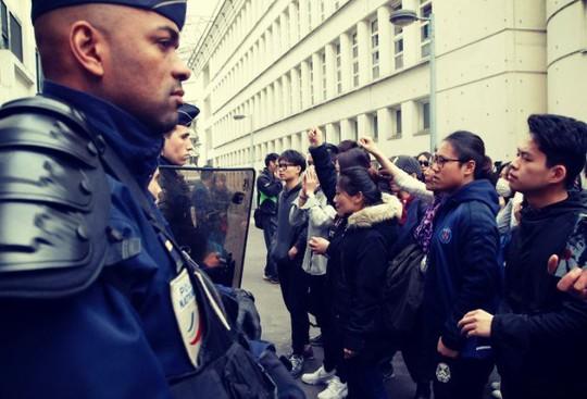 Cộng đồng người Hoa sống tại Paris biểu tình trước một đồn cảnh sát. Ảnh: RT
