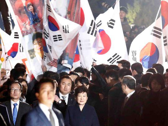Bà Park Geun-hye chào hỏi người ủng hộ bên ngoài nhà riêng hôm 12-3 Ảnh: REUTERS