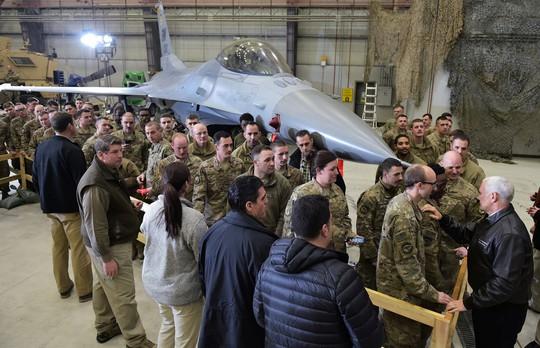 Phó Tổng thống Mỹ lẳng lặng bay xuyên đêm tới Afghanistan - Ảnh 1.