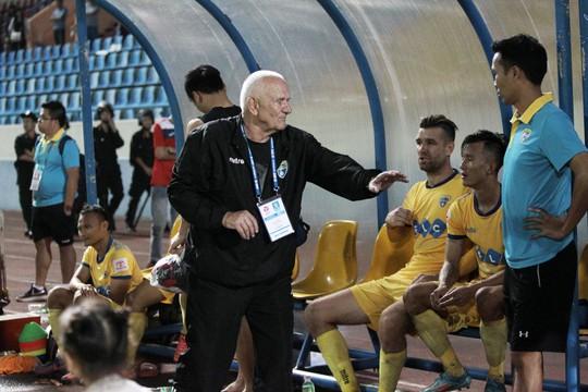 HLV Thanh Hóa bị phạt 10 triệu vì đá xoáy BTC V-League - Ảnh 1.