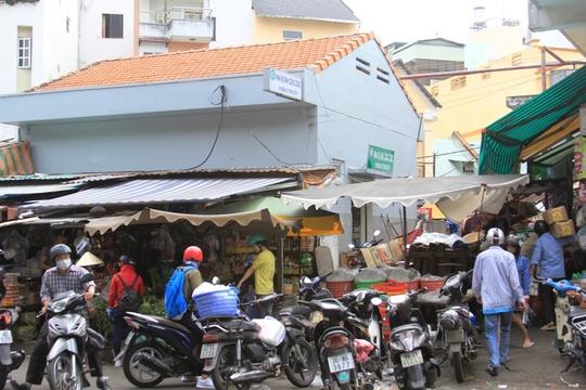 Nhà vệ sinh trên đường Phạm Ngũ Lão, quận 1, TP HCM bị bao vây bởi hàng quán