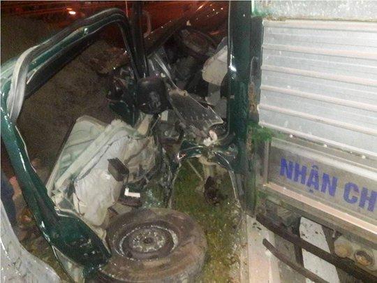 Phần cabin xe tải bị nát hoàn toàn sau khi tông mạnh vào cột đèn