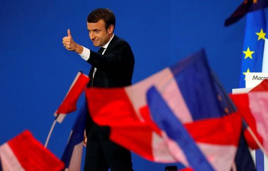 Ông Emmanuel Macron chia vui với cử tri sau khi có kết quả vòng 1 cuộc bầu cử tổng thống hôm 23-4 Ảnh: Reuters