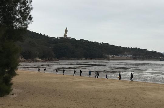 Tượng Phật Quan âm hiền từ nhìn xuống biển
